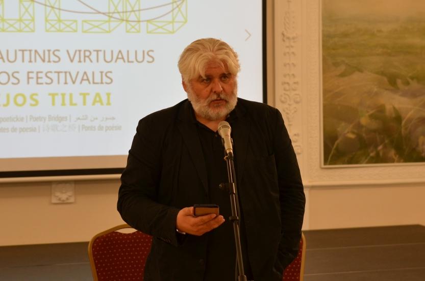 """""""Poezijos tiltų"""" festivalio dalyviai pagerbė poeto Vytauto Mačernio atminimą"""